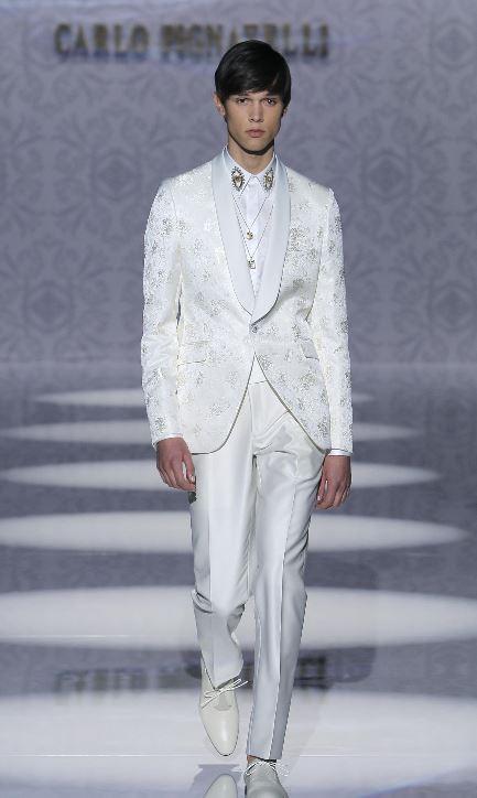 Abito da sposo bianco con giacca damascata sfilata Carlo Pignatelli 2020 - Abiti da Sposo 2020 Carlo Pignatelli