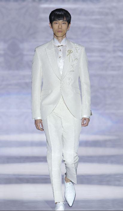 Carlo Pignatelli Abito da sposo 2020 bianco con ricami sulla giacca - Abiti da Sposo 2020 Carlo Pignatelli
