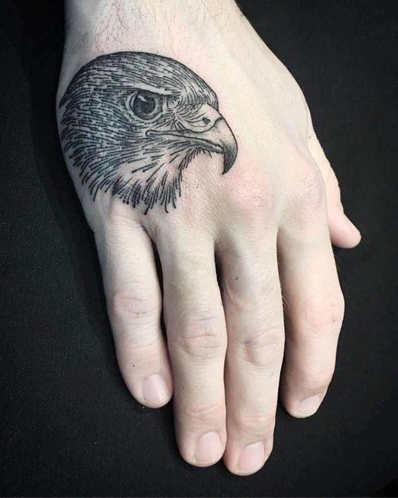 Foto piccolo tatuaggio sulla mano Testa di Aquila - Tatuaggio Maschile Aquila: Significato e Immagini