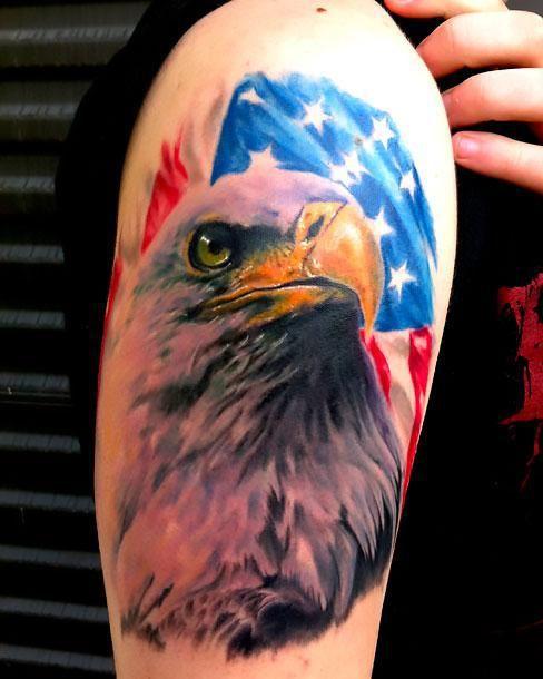 Tatuaggio Aquila con bandiera americana - Tatuaggio Maschile Aquila: Significato e Immagini