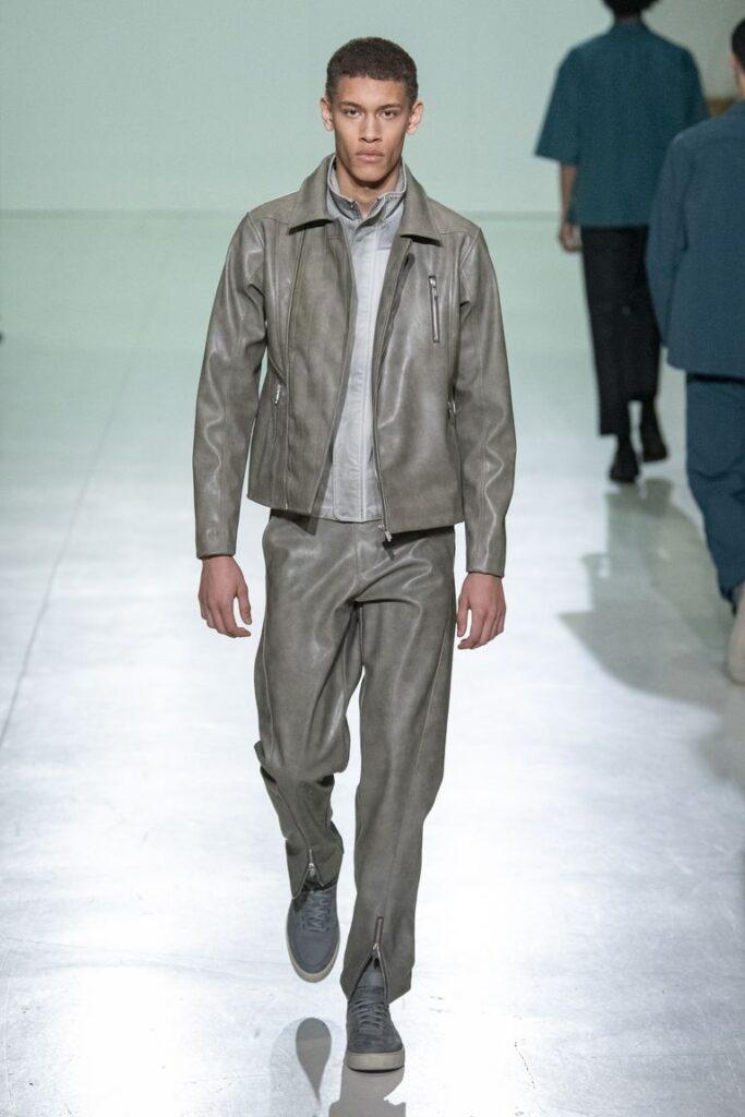 Moda uomo i pantaloni in pelle 683x1024 - Moda Uomo Inverno 2020 2021: Tendenze Abbigliamento