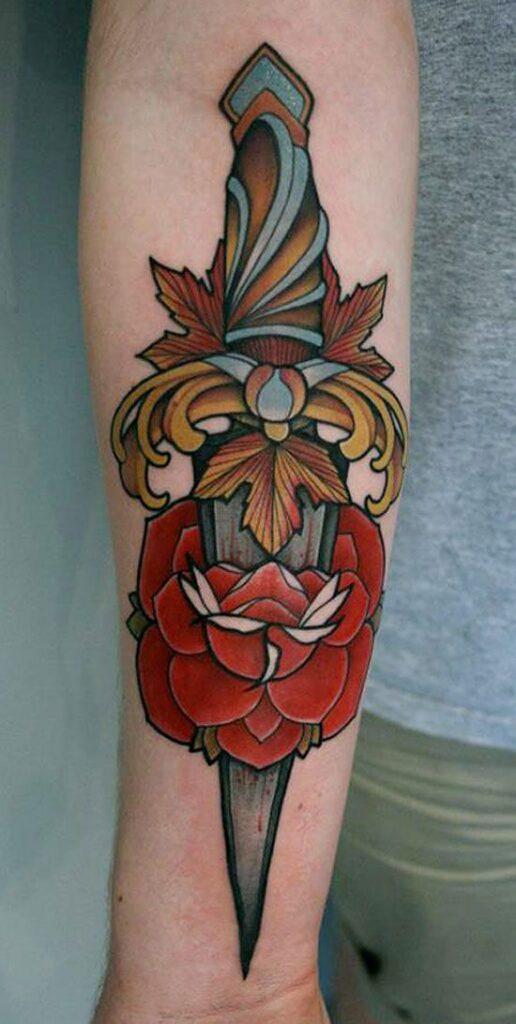 Foto Tatuaggio colorato Pugnale con Rosa 516x1024 - Tatuaggio Uomo Pugnale: Immagini e Significato