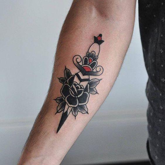 Immagine Tatuaggio maschile Pugnale con Rosa - Tatuaggio Uomo Pugnale: Immagini e Significato