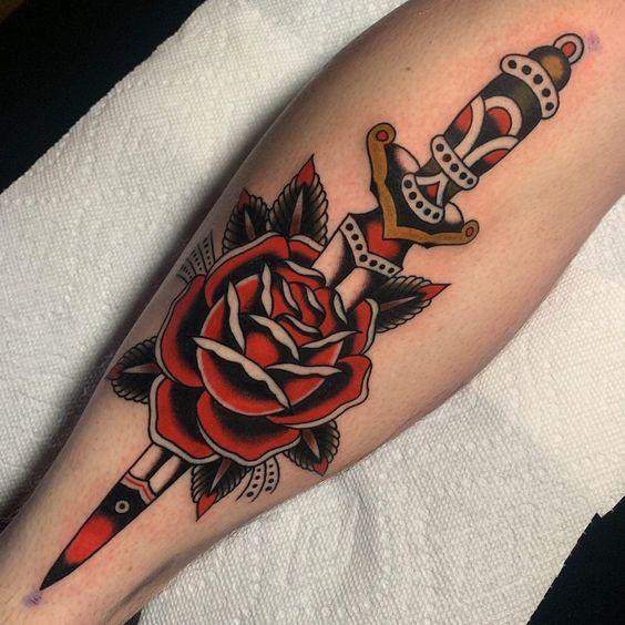 Tatuaggio colorato maschile pugnale con rosa - Tatuaggio Uomo Pugnale: Immagini e Significato