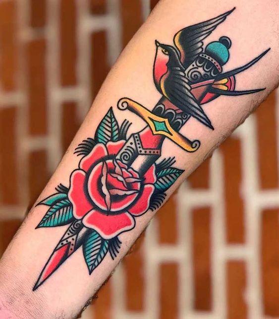 Tatuaggio old school pugnale con rosa e rondine - Tatuaggio Uomo Pugnale: Immagini e Significato