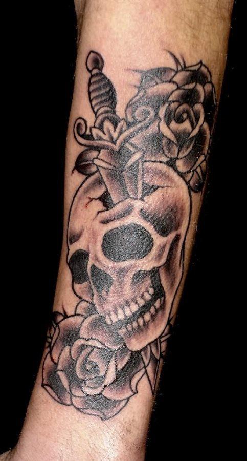 Tatuaggio pugnale che trafigge teschio - Tatuaggio Uomo Pugnale: Immagini e Significato